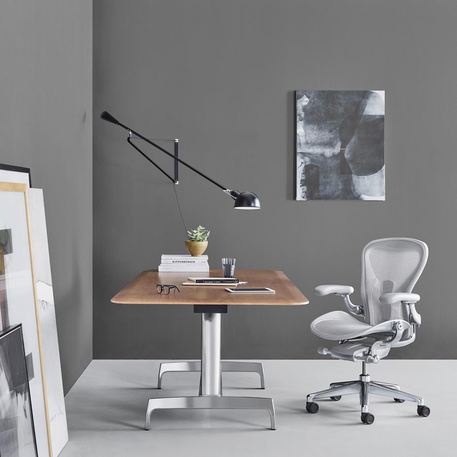 Bureau en bois avec chaise ergonomique grise Aeron Herman Miller
