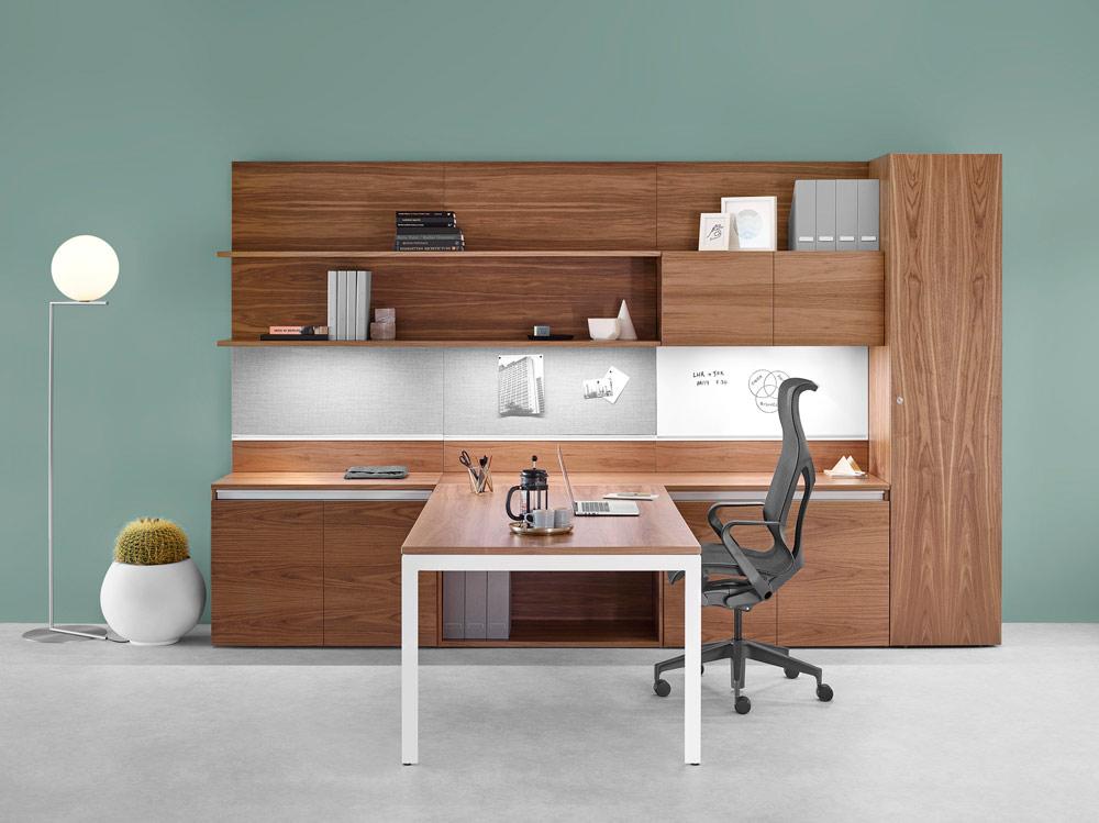 bureau en bois et chaise noir avec dossier haut