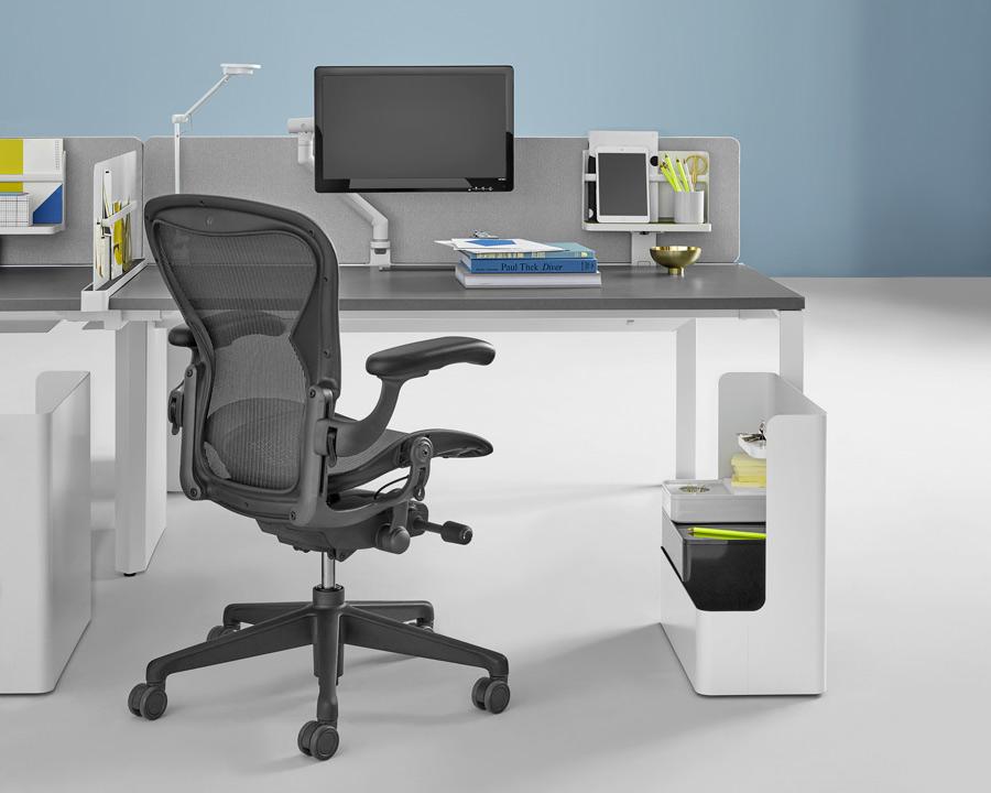 layout studio herman miller espace de travail avec siege de bureau aeron carbon