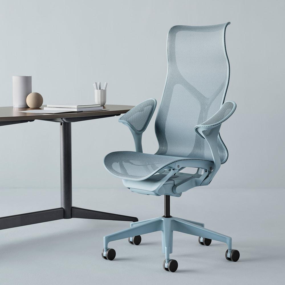 bureau et chaise grise avec dossier haut et accoudoirs design