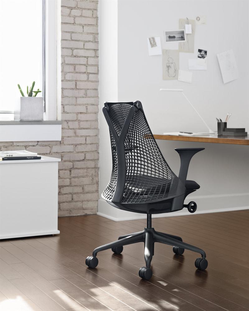 siège de bureau noir Sayl sur espace de travail individuel