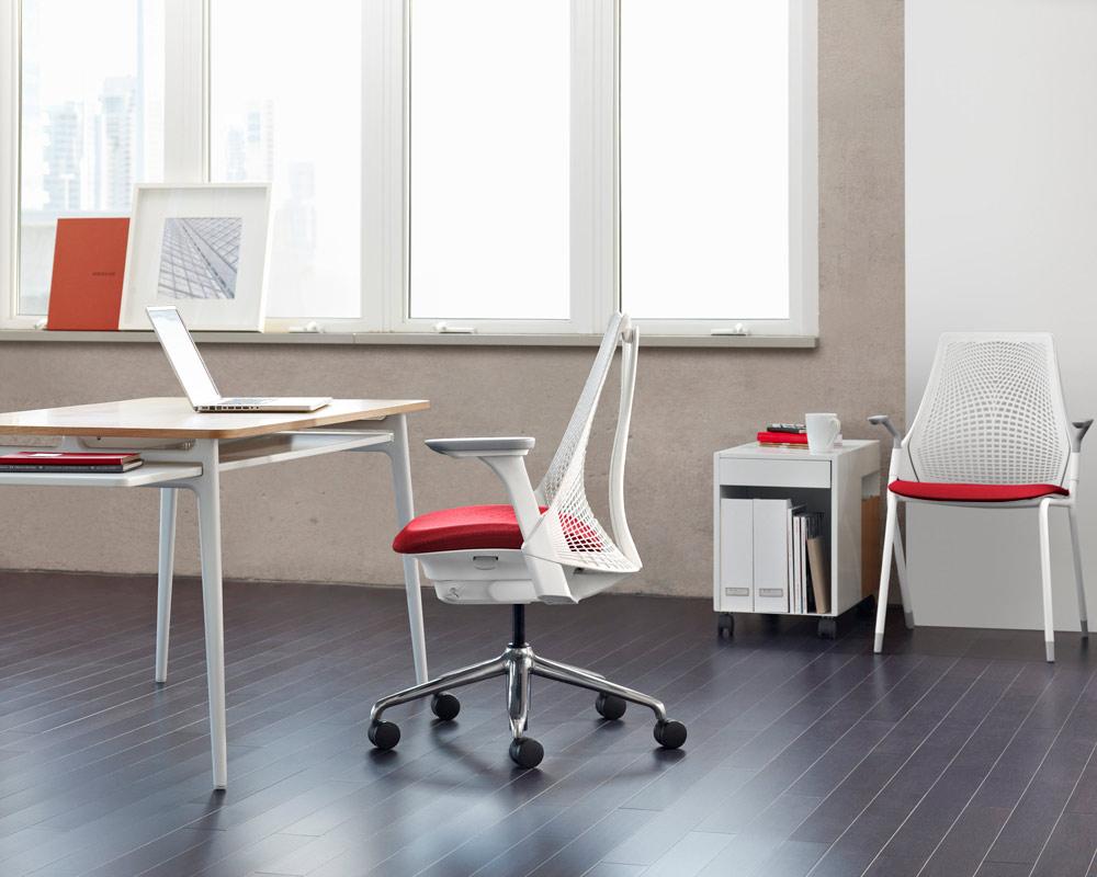 espace de travail avec chaise de bureau sayl assise rouge