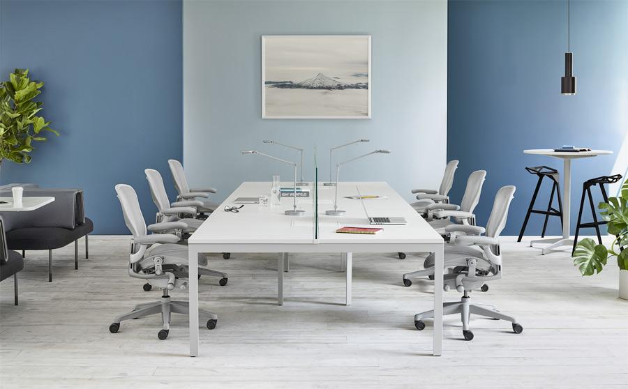 Espaces de travail aménagé avec chaises de bureau Aeron Herman Miller