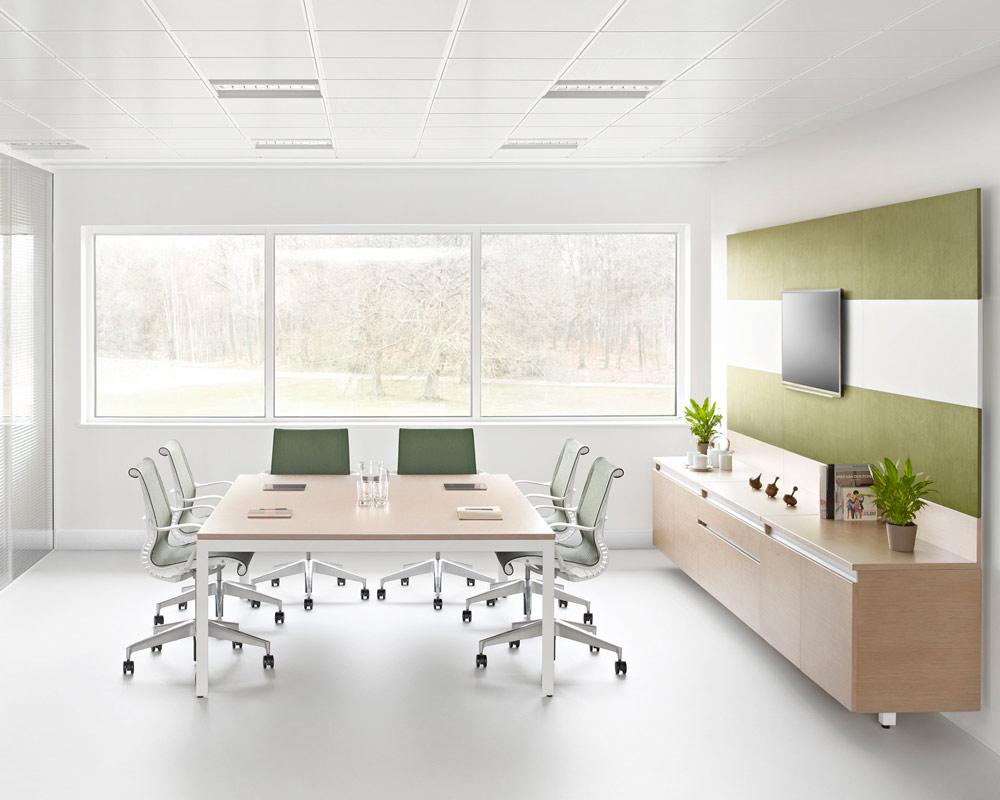 salle de reunion avec chaises de bureau